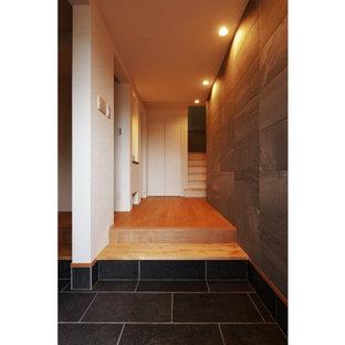 Idée de décoration pour une entrée minimaliste avec un couloir, une porte simple, un plafond en papier peint et du papier peint.