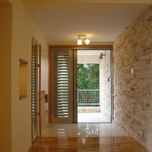 他の地域の片開きドアコンテンポラリースタイルのおしゃれな玄関 (白い床、ベージュの壁) の写真