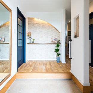他の地域の片開きドアコンテンポラリースタイルのおしゃれな玄関ロビー (白い壁、無垢フローリング、青いドア、茶色い床) の写真