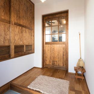 他の地域, のアジアンスタイルのおしゃれな玄関 (白い壁、コンクリートの床、グレーの床) の写真