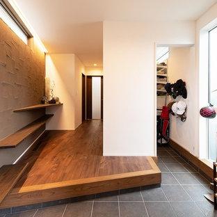 Idéer för en modern hall, med flerfärgade väggar och svart golv