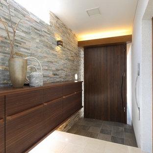 他の地域の片開きドアモダンスタイルのおしゃれな玄関ホール (白い壁、大理石の床、濃色木目調のドア、白い床) の写真