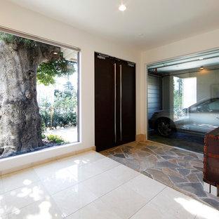 大きい両開きドアモダンスタイルのおしゃれな玄関ホール (白い壁、大理石の床、濃色木目調のドア、ベージュの床) の写真