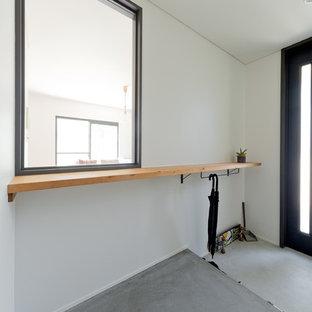 大阪の中サイズのおしゃれな玄関ホール (白い壁、コンクリートの床、グレーの床) の写真