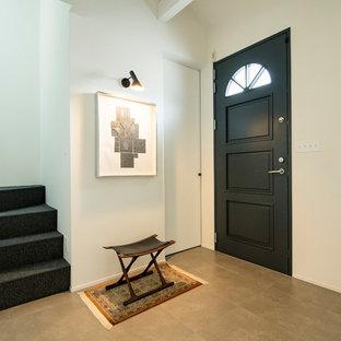 福岡の片開きドア北欧スタイルのおしゃれな玄関ホール (白い壁、黒いドア、グレーの床) の写真