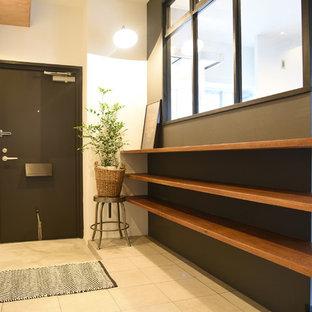 Ejemplo de entrada urbana con paredes blancas, puerta simple, puerta negra y suelo beige