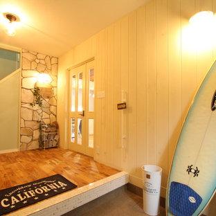 他の地域のビーチスタイルのおしゃれな玄関 (白い壁、グレーの床) の写真