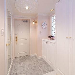 Источник вдохновения для домашнего уюта: вестибюль среднего размера с розовыми стенами, мраморным полом, одностворчатой входной дверью и белой входной дверью