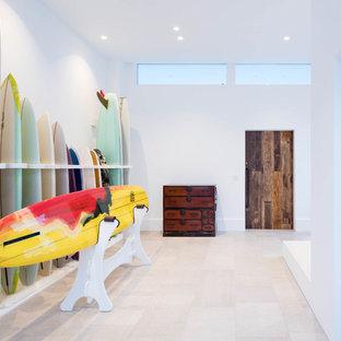 他の地域の中くらいの引き戸モダンスタイルのおしゃれな玄関ホール (白い壁、セラミックタイルの床、木目調のドア、グレーの床) の写真