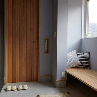 他の地域の片開きドア北欧スタイルのおしゃれな土間玄関 (グレーの壁、木目調のドア) の写真