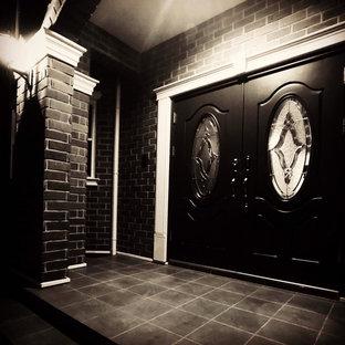 Bild på en stor shabby chic-inspirerad ingång och ytterdörr, med bruna väggar, klinkergolv i keramik, en dubbeldörr, en grön dörr och brunt golv