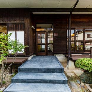 他の地域の中くらいの片開きドアアジアンスタイルのおしゃれな玄関ドア (茶色い壁、コンクリートの床、ガラスドア、グレーの床) の写真