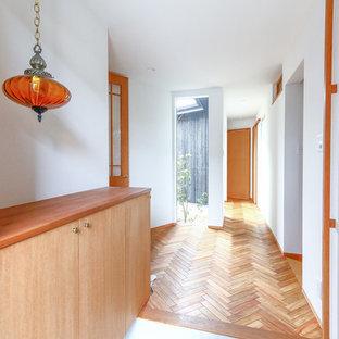 名古屋の小さいアジアンスタイルのおしゃれな玄関ホール (白い壁、コンクリートの床、グレーの床) の写真