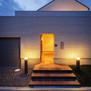大阪の広い片開きドアコンテンポラリースタイルのおしゃれな玄関ホール (茶色い床、白い壁、セラミックタイルの床、茶色いドア) の写真