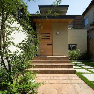 Asiatische Haustür mit Einzeltür und heller Holztür in Kyoto