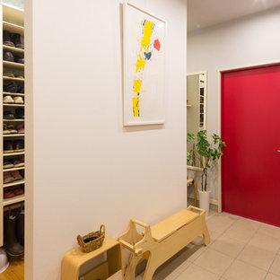 他の地域の中サイズの片開きドア北欧スタイルのおしゃれなマッドルーム (グレーの壁、磁器タイルの床、赤いドア、グレーの床) の写真
