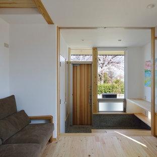 横浜の中くらいの片開きドアモダンスタイルのおしゃれな玄関 (白い壁、淡色無垢フローリング、木目調のドア、ベージュの床) の写真