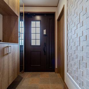 На фото: прихожая с белыми стенами, полом из фанеры, одностворчатой входной дверью, коричневой входной дверью, коричневым полом, потолком с обоями и обоями на стенах