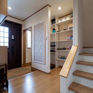 Inspiration pour un hall d'entrée avec un mur blanc, un sol en contreplaqué, une porte simple, une porte marron, un sol marron, un plafond en papier peint et du papier peint.