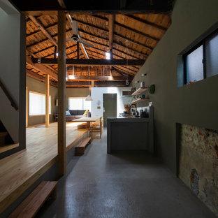 Idéer för mellanstora funkis hallar, med grå väggar, betonggolv och grått golv