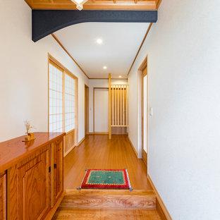 Modelo de hall de estilo zen con paredes blancas y suelo negro