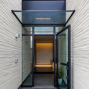 コンテンポラリースタイルのおしゃれな玄関ドア (ベージュの壁、ガラスドア、グレーの床) の写真