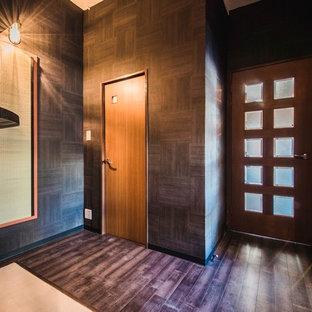 Inspiration pour une entrée asiatique de taille moyenne avec un vestiaire, un mur noir et un sol en contreplaqué.