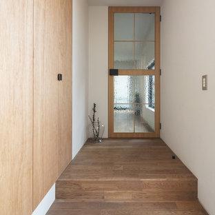 Foto de hall romántico, de tamaño medio, con paredes blancas, suelo de madera en tonos medios, puerta simple, puerta de madera en tonos medios y suelo marrón