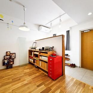 東京23区の片開きドアインダストリアルスタイルのおしゃれな玄関ホール (白い壁、木目調のドア) の写真