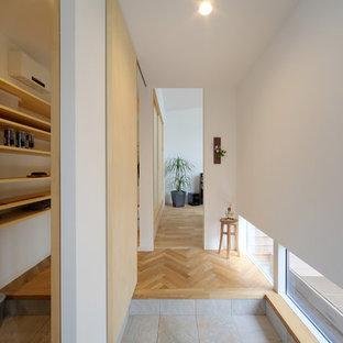横浜のモダンスタイルのおしゃれな玄関ホール (白い壁、グレーの床) の写真