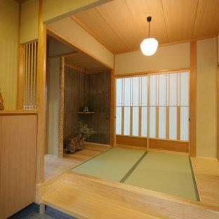 Inspiration för en mellanstor orientalisk hall, med tatamigolv, beige väggar, en skjutdörr, mellanmörk trädörr och brunt golv