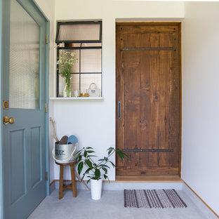Idéer för mellanstora shabby chic-inspirerade hallar, med vita väggar, betonggolv, grått golv, en enkeldörr och mellanmörk trädörr