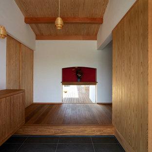 他の地域の引き戸和風のおしゃれな玄関 (白い壁、無垢フローリング、淡色木目調のドア、ベージュの床) の写真