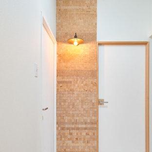 Immagine di un piccolo ingresso etnico con pareti bianche, pavimento in vinile, una porta singola, una porta grigia, pavimento bianco, soffitto in carta da parati e carta da parati