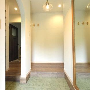 大きな鏡とアーチ形のシューズクロークのある玄関入り口