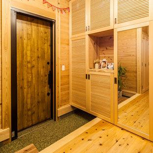 Imagen de hall costero con paredes marrones, puerta simple y puerta de madera en tonos medios