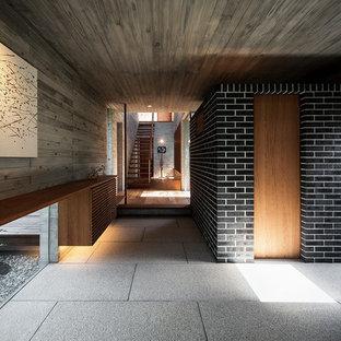 他の地域のコンテンポラリースタイルのおしゃれな玄関 (グレーの壁、グレーの床) の写真