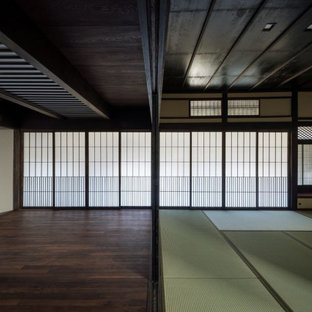 Cette photo montre une grand entrée chic avec un sol de tatami et un sol bleu.
