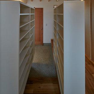 Foto di un corridoio etnico con pareti bianche, pavimento in granito, una porta singola, una porta in legno bruno, pavimento grigio e travi a vista