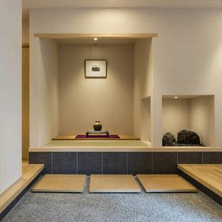 神戸のアジアンスタイルのおしゃれな玄関 (白い壁、グレーの床) の写真