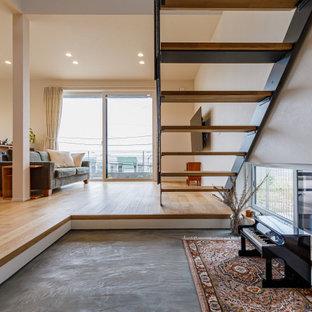 Idéer för en mellanstor modern ingång och ytterdörr, med beige väggar, en skjutdörr, ljus trädörr och grått golv