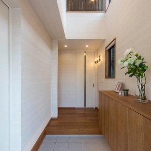 東京23区のモダンスタイルのおしゃれな玄関 (白い壁、白い床) の写真