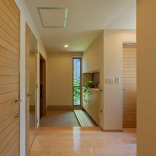 東京23区のアジアンスタイルのおしゃれな玄関 (茶色い床) の写真