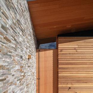 На фото: со средним бюджетом узкие прихожие среднего размера в стиле модернизм с бежевыми стенами, мраморным полом, раздвижной входной дверью, входной дверью из дерева среднего тона и фиолетовым полом