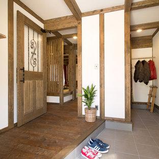 名古屋のアジアンスタイルのおしゃれな玄関 (白い壁) の写真