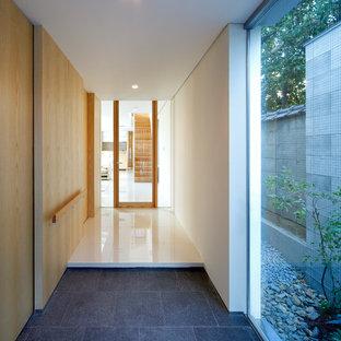 大阪のモダンスタイルのおしゃれな玄関 (御影石の床、金属製ドア、グレーの床) の写真
