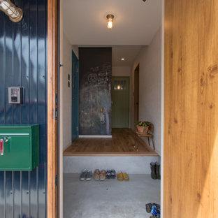 Kleiner Stilmix Eingang mit Korridor, weißer Wandfarbe, braunem Holzboden, Einzeltür, hellbrauner Holztür, braunem Boden, Tapetendecke und Tapetenwänden