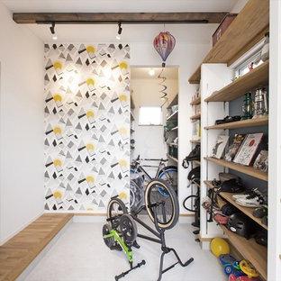 Inredning av en 60 tals farstu, med vita väggar och en grön dörr
