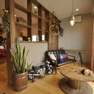 大阪のインダストリアルスタイルのおしゃれな玄関 (グレーの壁、無垢フローリング、茶色い床) の写真