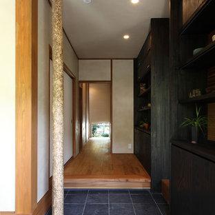 他の地域の和風のおしゃれな玄関 (白い壁、グレーの床) の写真
